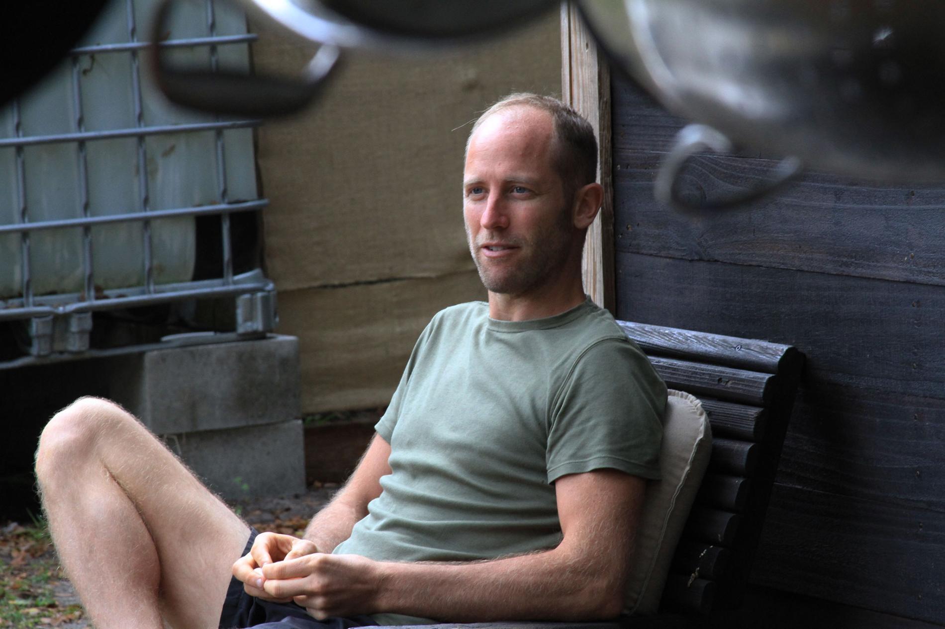 羅伯.格林費爾德正在進行一項實驗,實驗內容包括住在別人家後院的小房子裡,還要自己採集食物。攝影:JASON SCHMITT