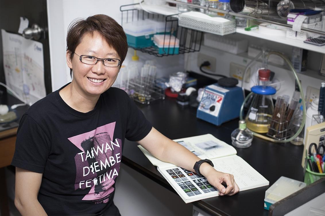 本文專訪中研院植物暨微生物學研究所的副研究員──王昭雯,認識攸關胖瘦與生存的「油滴」(Lipid droplets)。 攝影│張語辰
