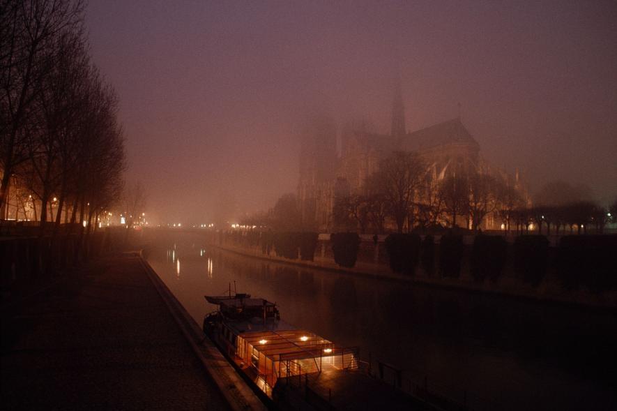一張1980年代的夜晚照片,展現出塞納河對岸朦朧的聖母院。PHOTOGRAPH BY JAMES L. STANFIELD, NAT GEO IMAGE COLLECTION