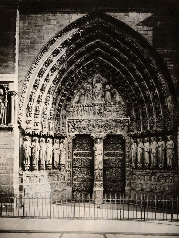 聖母院入口處的最後審判石雕,描述死者朝大天使麥可(Archangel Michael)爬去。這處入口是在1220年左右雕刻,呈現的是馬太福音描述的景象。PHOTOGRAPH COURTESY NAT GEO IMAGE COLLECTION