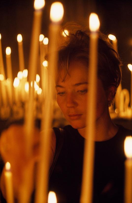 1968年,一位美國觀光客在聖母院內點上一支蠟燭。PHOTOGRAPH BY BRUCE DALE, NAT GEO IMAGE COLLECTION