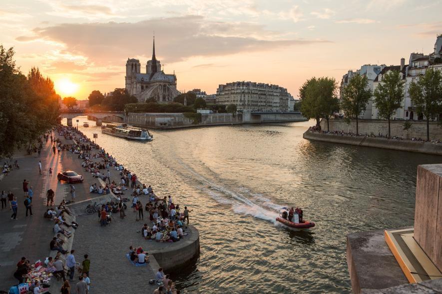 巴黎聖母院黃昏時分的塞納河畔擠滿了巴黎人。PHOTOGRAPH BY ERIC KRUSZEWSKI, NAT GEO IMAGE COLLECTION