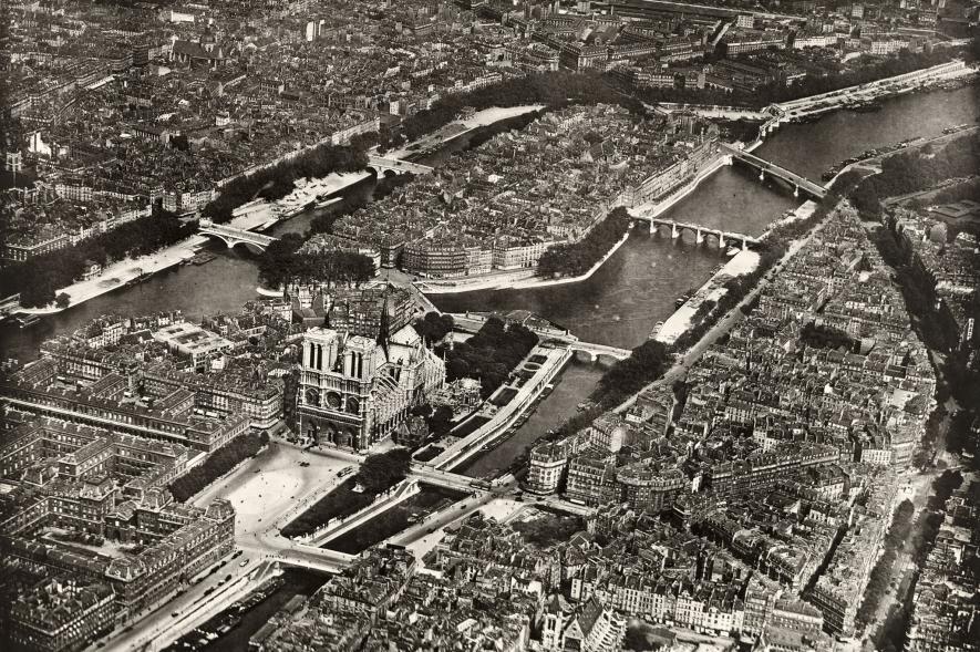 位在巴黎中心的巴黎聖母院是全世界最繁忙的觀光勝地之一,每天約有3萬名遊客造訪。PHOTOGRAPH BY U.S. ARMY AIR SERVICE, NAT GEO IMAGE COLLECTION