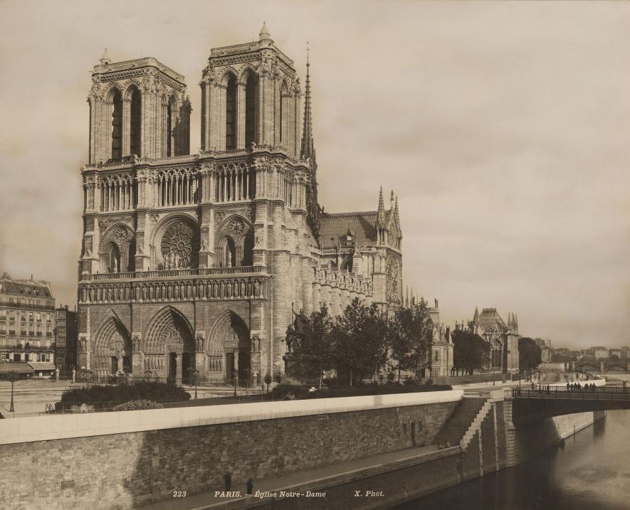 坐落在塞納河(Seine River)上的巴黎聖母院(此為1920年代的照片)幾世紀以來一直是巴黎的象徵。這場大火蹂躪了這座建築物,造成無法修復的破壞。PHOTOGRAPH BY CRETE, NAT GEO IMAGE COLLECTION