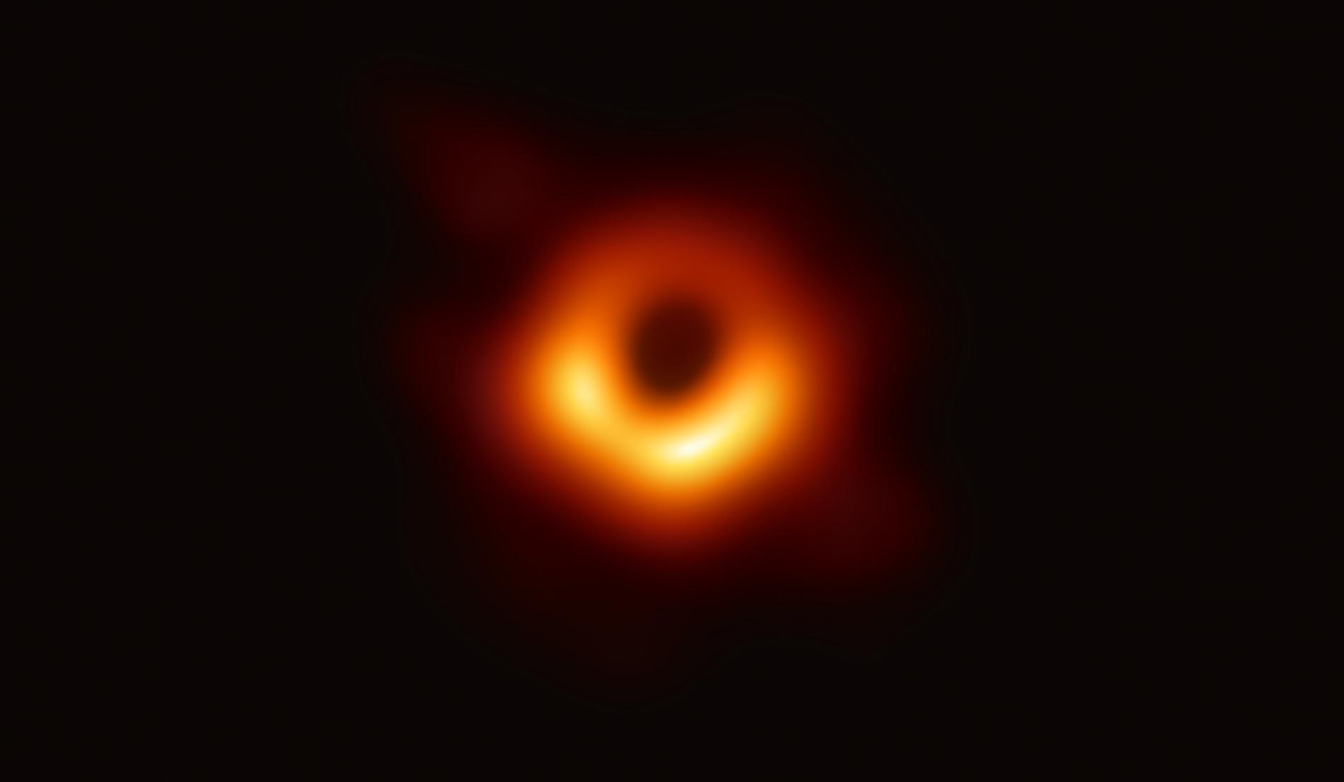 事件視界望遠鏡(Event Horizon Telescope)是個跟地球一樣大的地面無線電波望遠鏡陣列,天文學家利用它成功拍攝到超大質量黑洞及其暗影的第一張圖像。這張圖像揭露的是室女座星系團中大質量星系M87中心的黑洞。 PHOTOGRAPH BY EVENT HORIZON TELESCOPE COLLABORATION