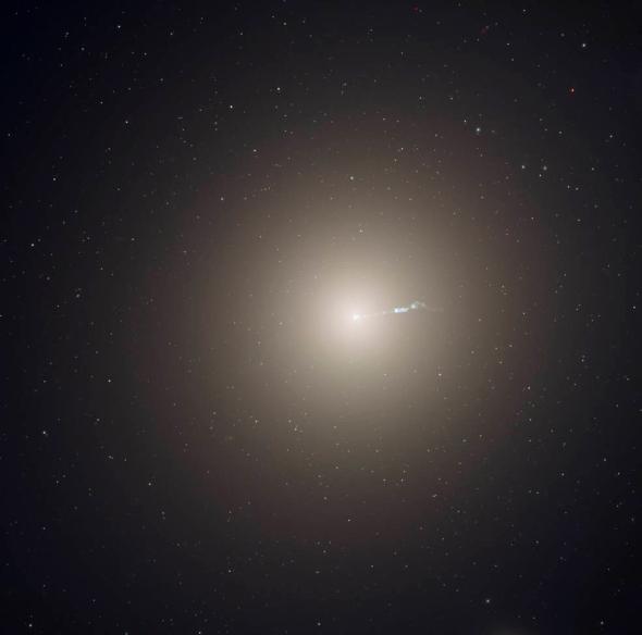 橢圓星系M87是鄰近的室女座星系團的主要成員,包含數兆顆恆星、一個超大質量黑洞和大約1萬5000個球狀星團。相比之下,我們的銀河系只有幾千億顆恆星和大約150個球狀星團。 PHOTOGRAPH BY NASA, ESA AND THE HUBBLE HERITAGE TEAM (STSCI/AURA); ACKNOWLEDGMENT: P. COTE (HERZBERG INSTITUTE OF ASTROPHYSICS) AND E. BALTZ (STANFORD UNIVERSITY)