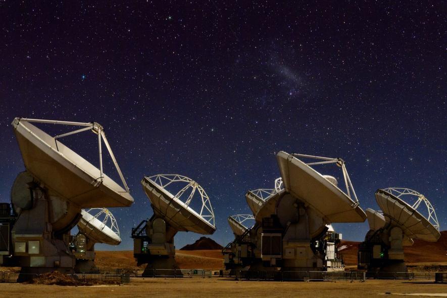 夜空微光下的66座阿塔卡瑪大型毫米及次毫米波陣列天線,它們是事件視界望遠鏡網路的重要成員。PHOTOGRAPH BY BABAK TAFRESHI