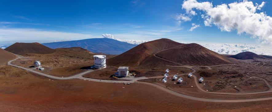 在夏威夷茂納開亞火山(Mauna Kea volcano)上矗立著許多天文臺,其中也包括在2017年參與事件視界望遠鏡觀測的詹姆斯.克拉克.麥克斯威爾望遠鏡(左二)。PHOTOGRAPH BY BABAK TAFRESHI