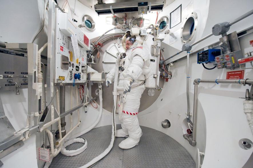 史考特.凱利在2010年的地表訓練中,身著艙外行動裝置(Extravehicular Mobility Unit,簡稱EMU)。PHOTOGRAPH BY MARK SOWA, NASA