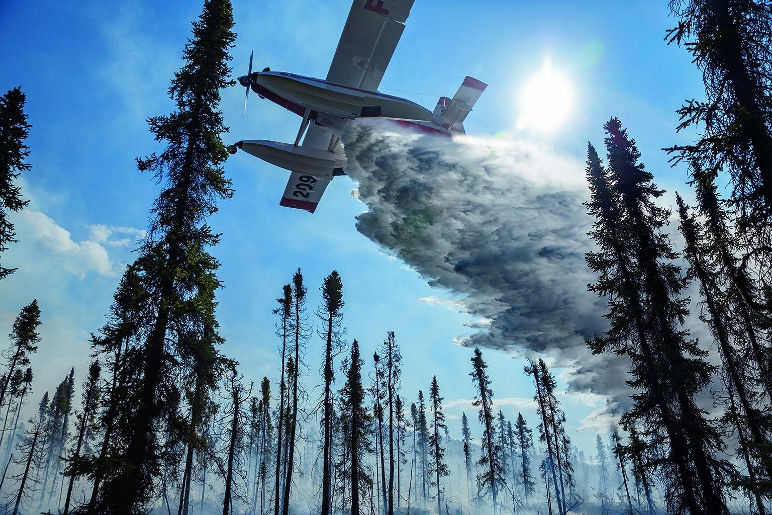 一架Fire Boss滅火機正在灑水協助地面人員,對抗2016年6月發生於布魯克斯嶺的320號火災。這架單引擎飛機裝有浮箱,可以在幾分鐘內灌滿又傾空3000公升的水。在這場火災中它從伊尼亞庫克湖取水。攝影:馬克.塞森 MARK THIESSEN