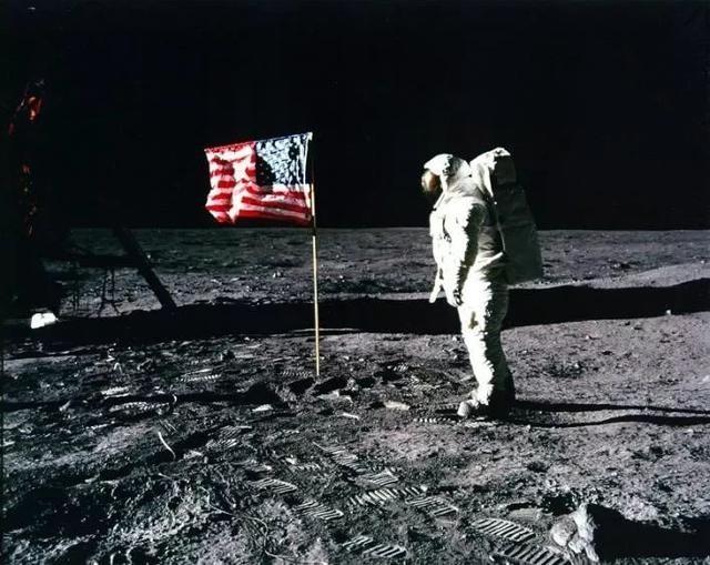 阿波羅11號太空人巴茲.艾德林(Buzz Aldrin)和星條旗。圖片來源:NASA