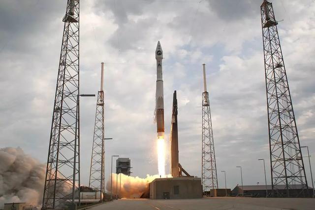 LRO搭乘Atlas V 火箭發射升空。圖片來源:NASA