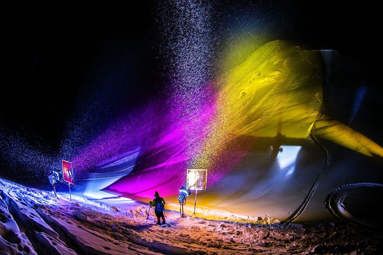 在不列顛哥倫比亞的戈爾登附近,穿著雪靴的燈光師在調整燈光。「每次拍攝都要花好幾個小時布置,」攝影師奧斯卡‧恩納德說,「因此我們一定要成功。」攝影:奧斯卡.恩納德 Oskar Enander