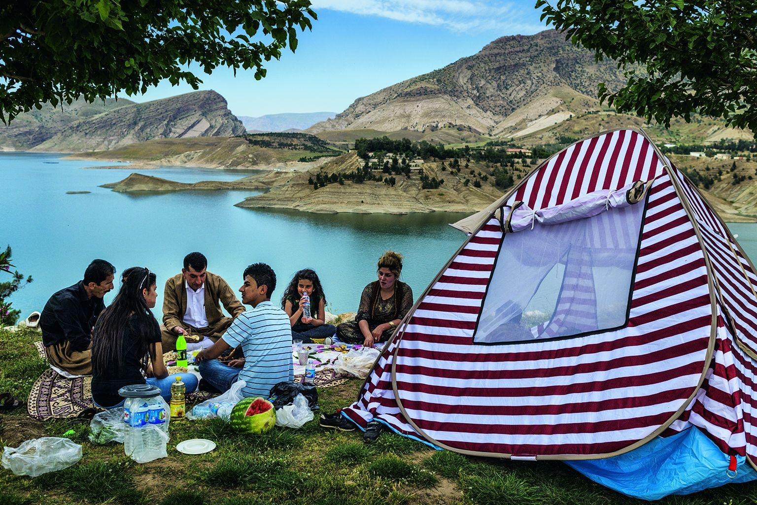雖然戰線就在不到三小時車程遠處,許多庫德族人仍堅持家庭野餐還是要照舊。攝影:尤里.科濟列夫 Yuri Kozyrev
