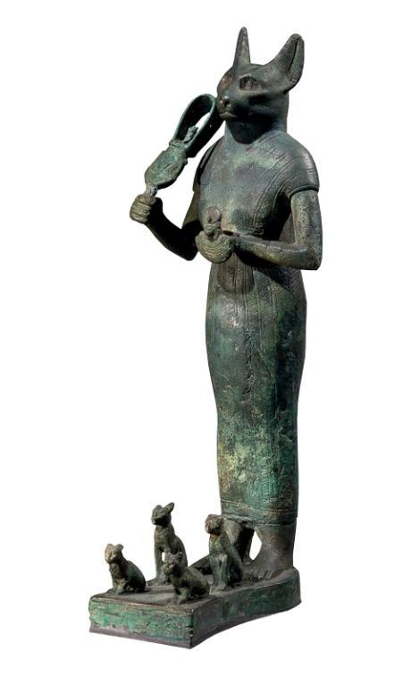 這座青銅雕像描繪芭絲特腳邊帶著四隻象徵生育力的小貓。她手握節慶樂器叉鈴(sistrum)或搖響器(rattle)。這座銅像的年代介於西元前900至600年間,從布巴斯提斯出土,現存於倫敦大英博物館。PHOTOGRAPH BY BRITISH MUSEUM/SCALA, FLORENCE