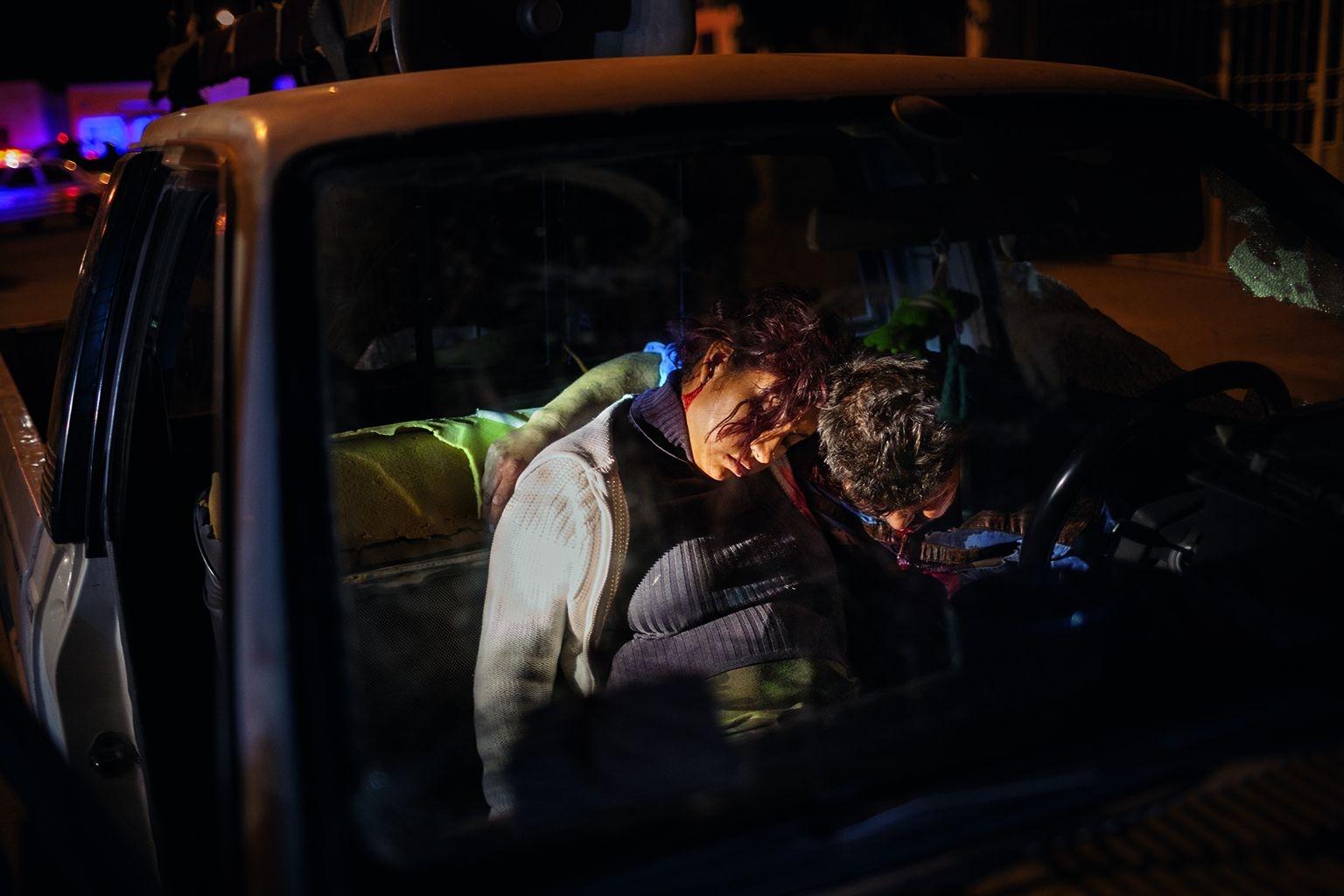 照片中的夫妻和他們未誕生的孩子死於一槍下,凍結在最後的擁抱中。這座快速成長的城市在犯罪最猖獗之時,每天約有十人死於暴力犯罪。攝影:多明尼克.伯拉寇二世 Dominic Bracco II