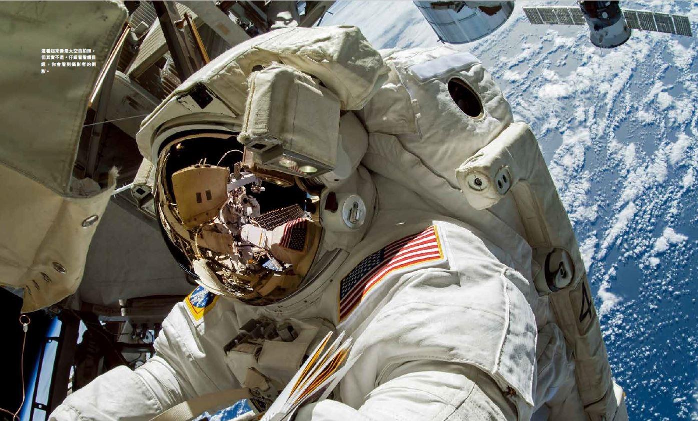 我最後一次太空漫步的最終時刻。我指尖抓著氣閘艙艙口,正在欣賞我整個任務期間記憶最深刻的景象之一。