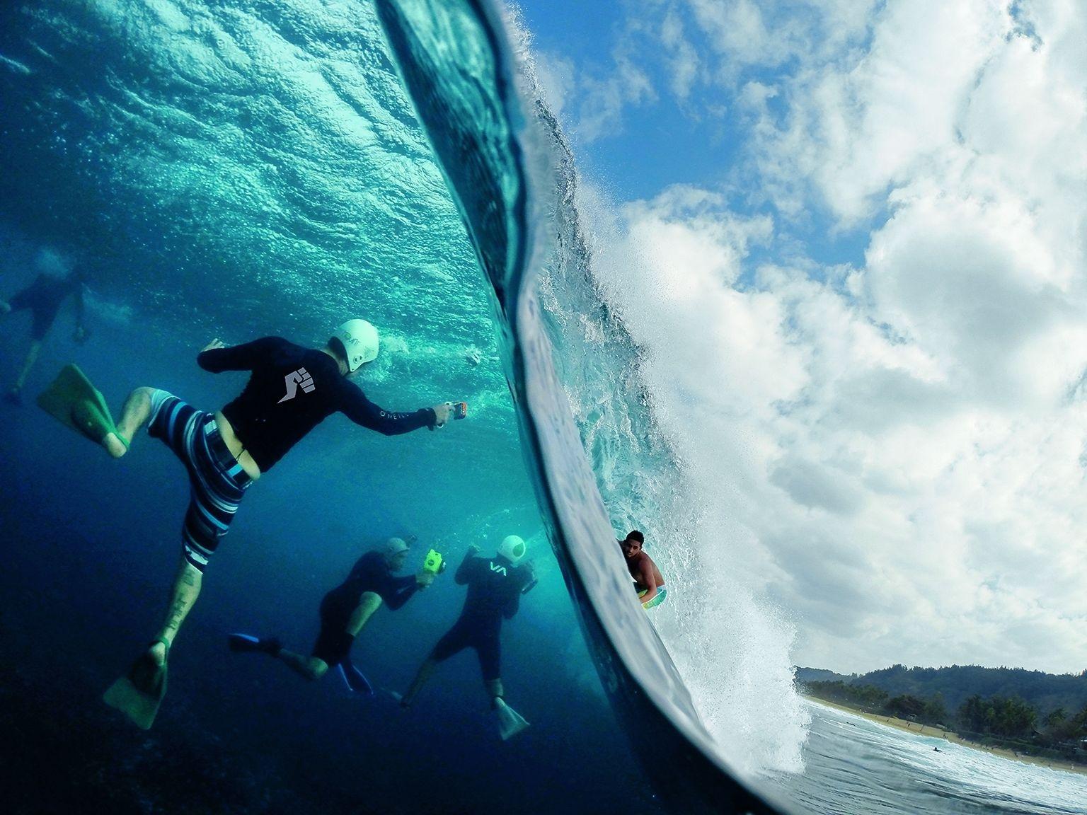 美國。隨著浪頭在夏威夷歐胡島北岸水域開始落下,兩個世界清楚呈現出來。在右邊,一名衝浪客進入管浪中。在左邊,水中的攝影師則在跟拍他的衝浪過程。北岸的觀光客眾多,同時也是當地衝浪客一展身手的地方。PHOTO: SASH FITZSIMMONS