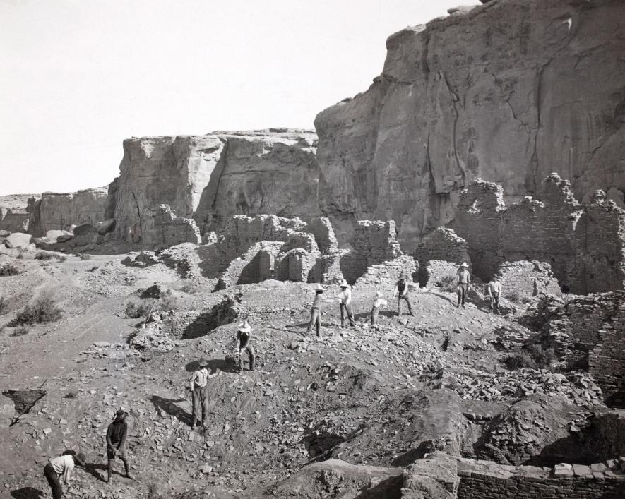 在開挖普韋布洛波尼托遺址以前,考古學家先將不穩定的岩石移除。PHOTOGRAPH BY NEIL M. JUDD, NAT GEO IMAGE COLLECTION