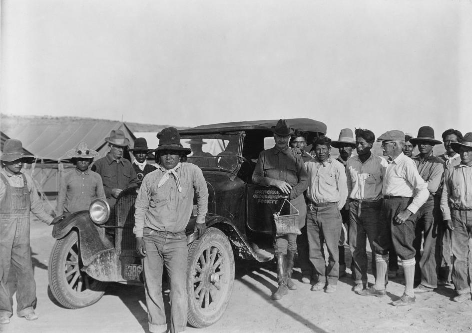 攝於美國新墨西哥州的查科峽谷國家紀念園區(Chaco Canyon National Monument)。法蘭克.薩克萊(Frank A. Thackeray)、斯科菲爾德(C. S. Scofield)和傑克森(W.H. Jackson)在農業論壇後正要啟程離開普韋布洛波尼托營地(Pueblo Bonito Camp),身旁圍繞著尊尼族(Zuni)與納瓦荷族(Navajo)的工人。PHOTOGRAPH BY NEIL M. JUDD, NAT GEO IMAGE COLLECTION