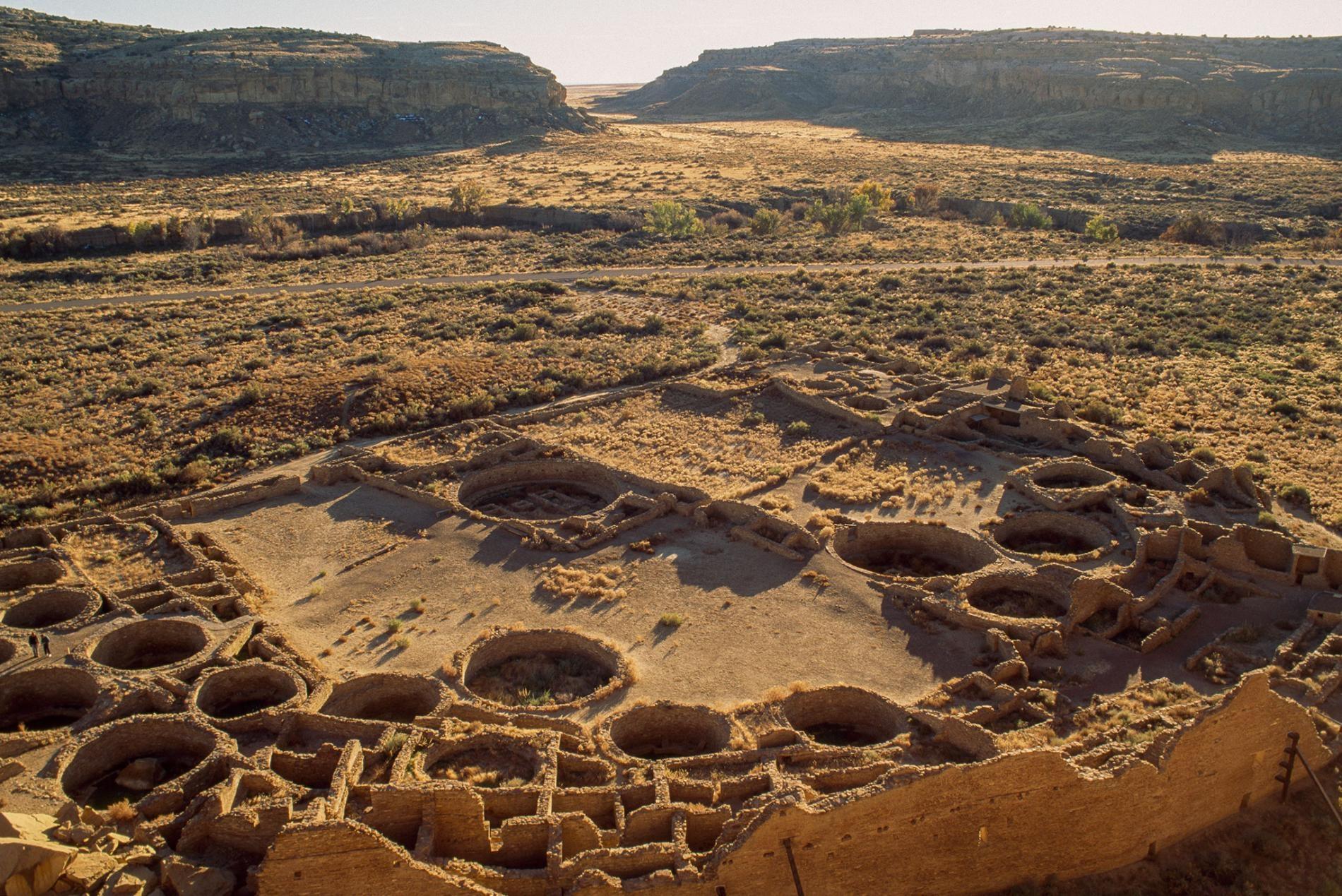 美國新墨西哥州這座被稱作普韋布洛波尼托(Pueblo Bonito)的建築遺址延伸出650間房間,公元1200年至800年間,它曾經位處查科峽谷(Chaco Canyon)聚落的中心。PHOTOGRAPH BY PHIL SCHERMEISTER, NAT GEO IMAGE COLLECTION