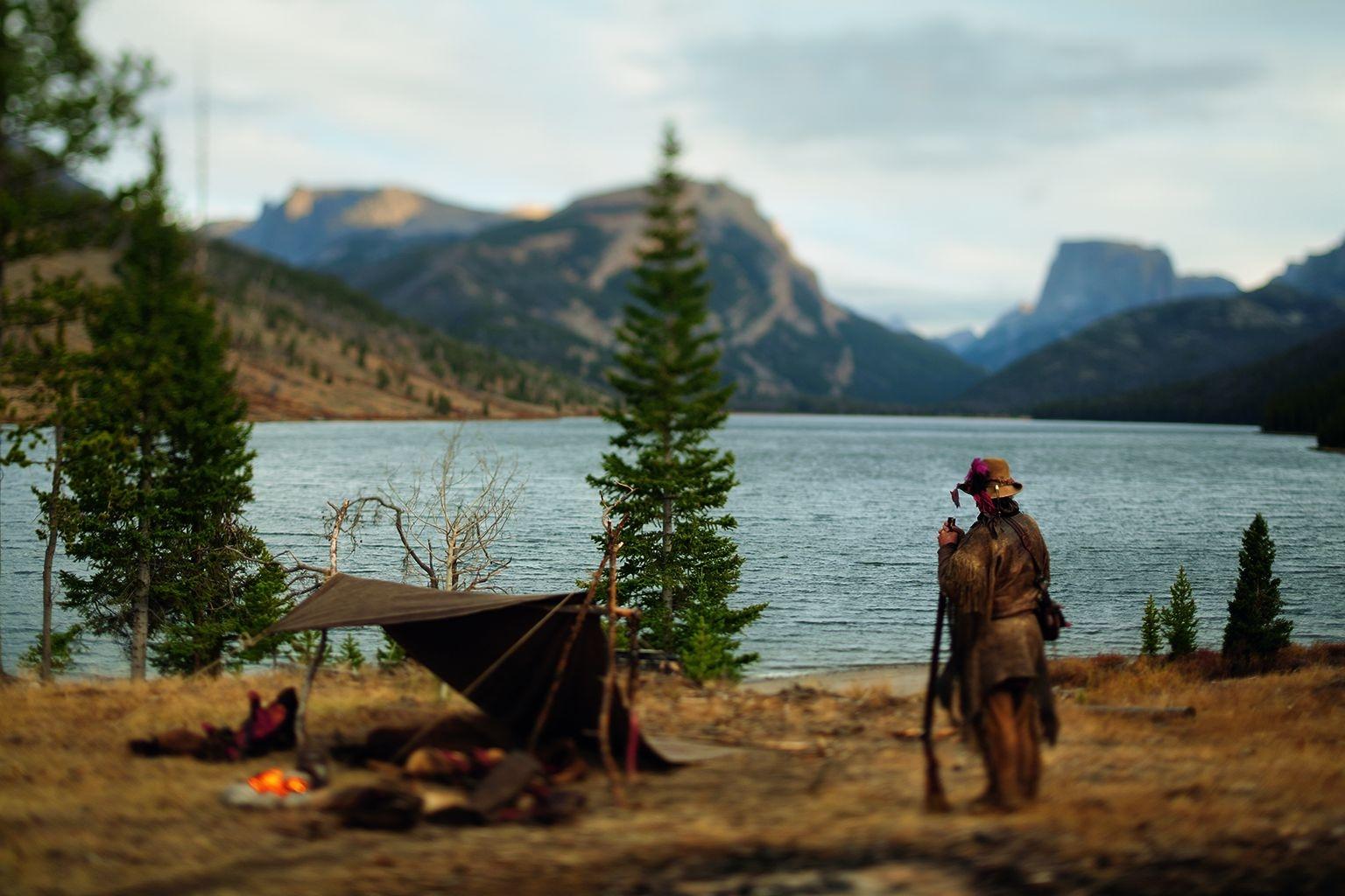 來自懷俄明州傑克孫谷的旅行用品商暨嚮導理查.「靈馬獵人」.阿士伯恩,遠眺布里傑-提頓國家森林的格林里弗湖。攝影:大衛.柏內特 DAVID BURNETT