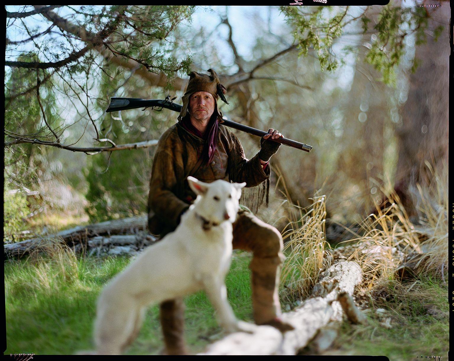 史考特.歐爾森是來自蒙大拿州第隆市的牙醫。他參加獸皮獵人活動時的代號是「象牙醫生」。圖中,醫生正和他的狗「烏姆」出發去檢查設在蒙大拿州紅寶石谷冰冷溪流中的河狸陷阱。攝影:大衛.柏內特 DAVID BURNETT