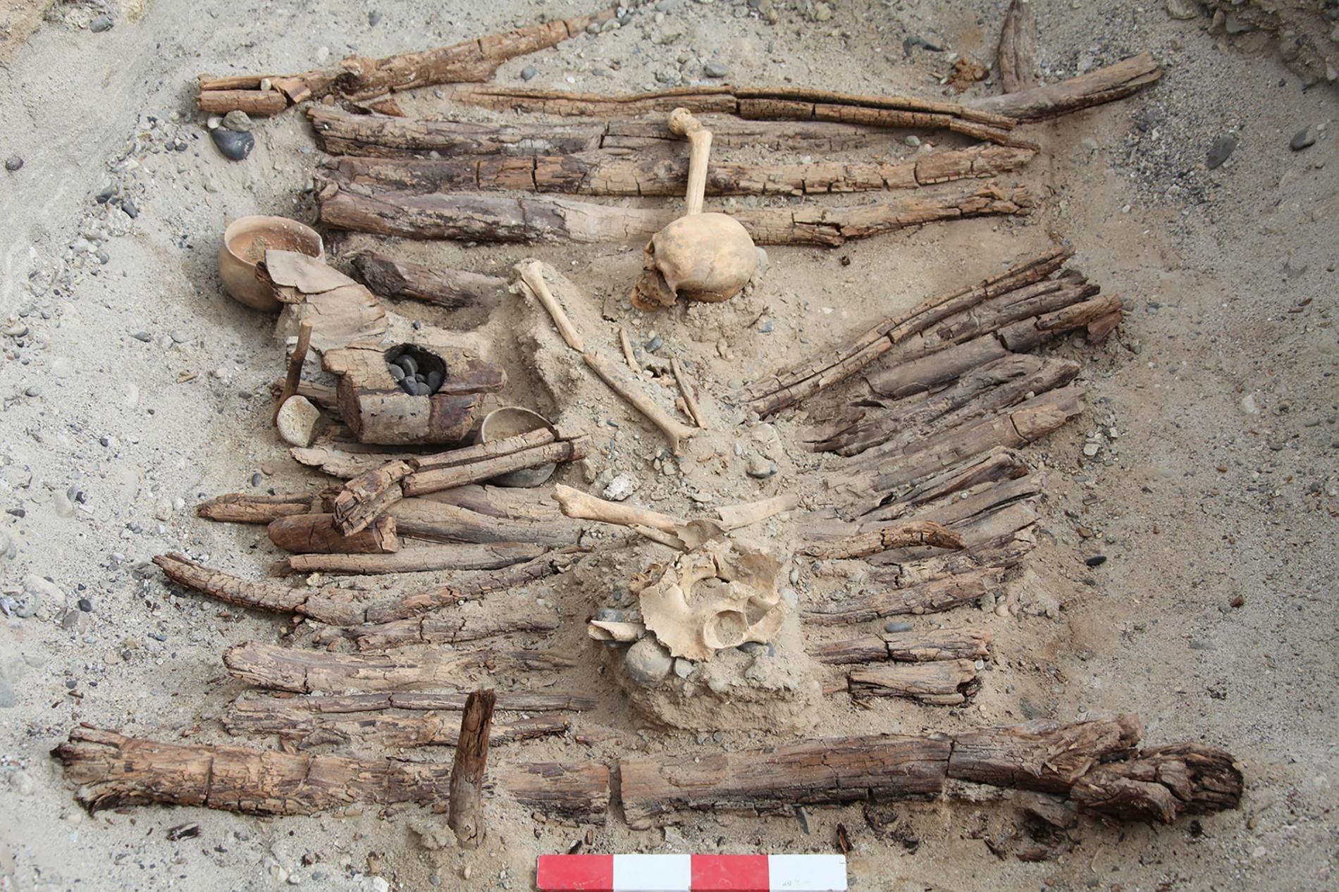 在吉爾贊喀勒墓地這處已發掘的墓葬左側,可看到一個木火盆。攝影:XINHUA WU