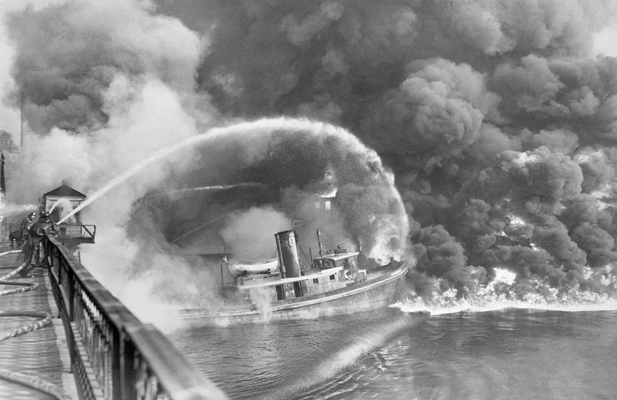 蓋雅荷加河在1969年的最後那場火沒有留下任何照片。不過在1952年11月3日這次最糟事件中,共燒毀了三艘拖船、三棟建築物及修船場。起火點則是一片浮油。PHOTOGRAPH BY BETTMANN, GETTY IMAGES