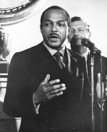 1969年時克里夫蘭市的市長卡爾.史杜基斯是都市與環境改造的重要擁護者。PHOTOGRAPH BY ANTHONY CALVACCA, NEW YORK POST ARCHIVES/NYP HOLDINGS, INC./GETTY IMAGES