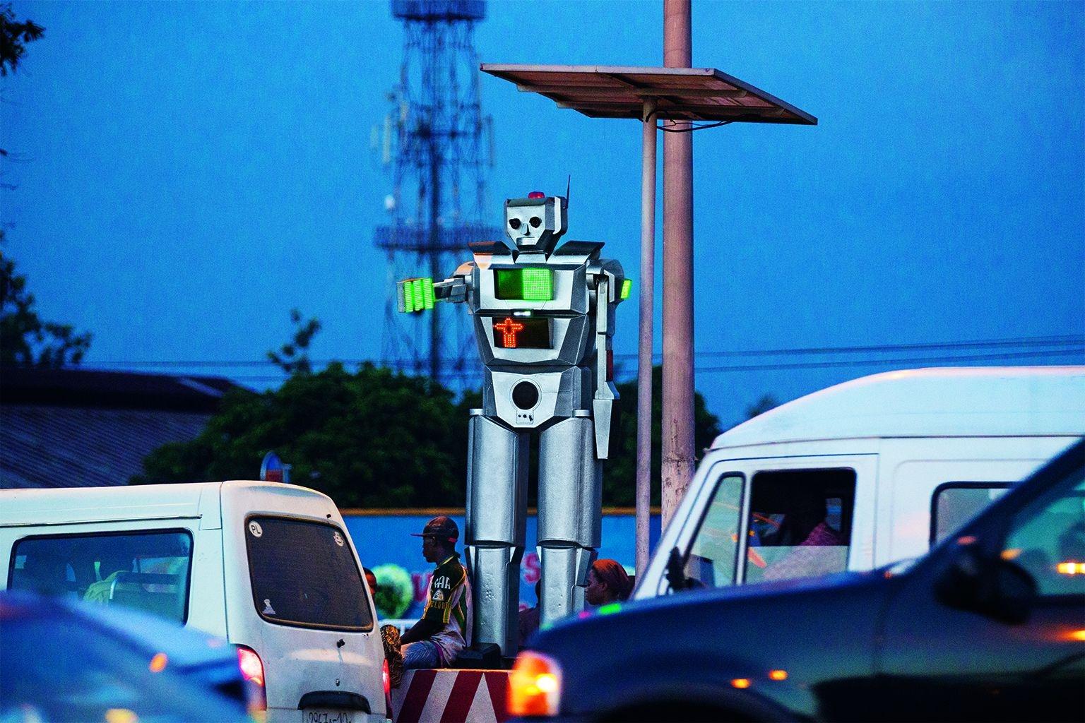 金夏沙這個靠太陽能供電的交通機器人可以錄下違規影片。它也會為排隊等候的人播放音樂。PHOTOS: PASCAL MAITRE