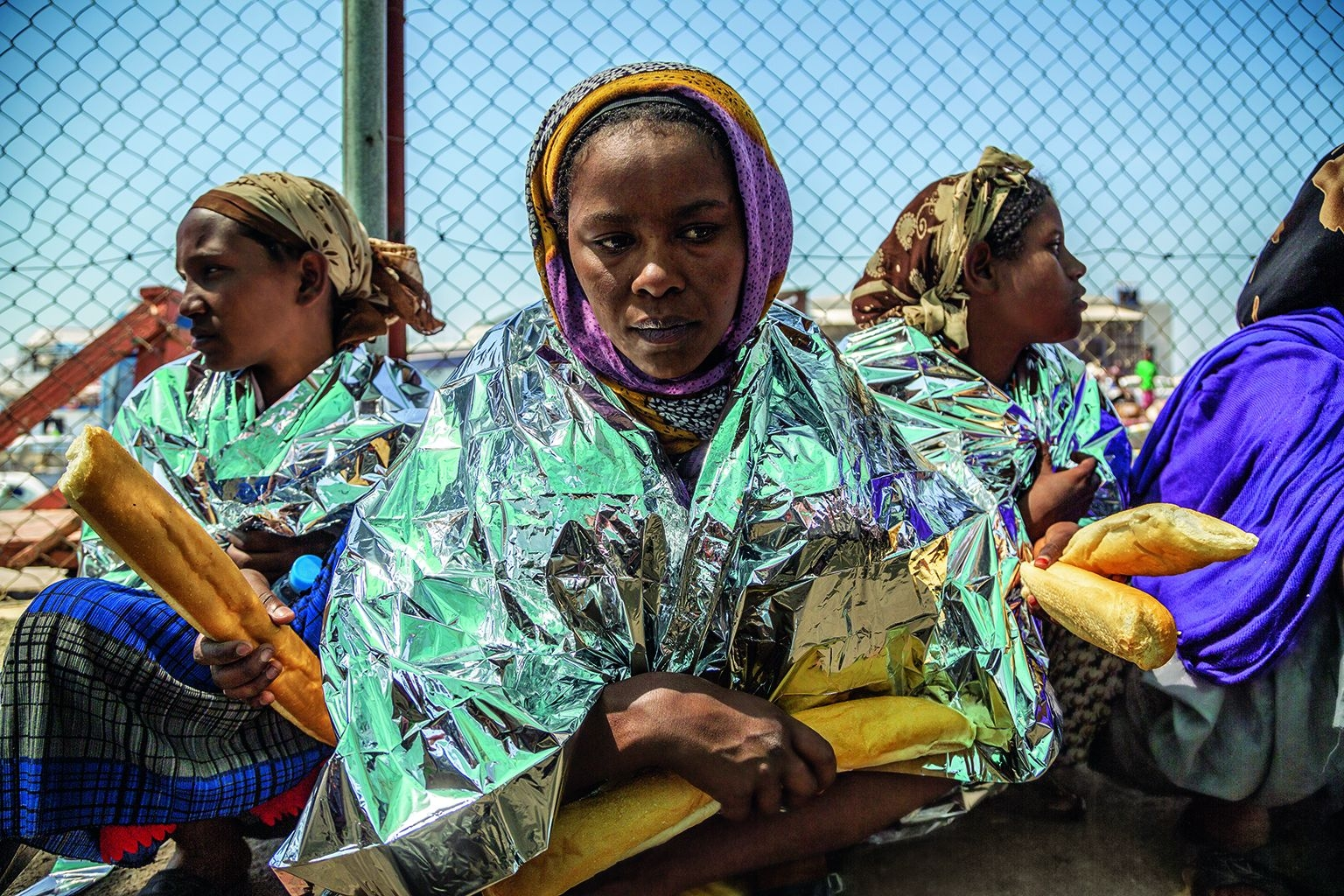吉布地,2013年。最高的代價。這批移民被吉布地海岸巡防隊攔截並拘留。他們從衣索比亞、索馬利亞和厄利垂亞艱苦跋涉,付錢給船長帶他們渡過紅海,以求到葉門、沙烏地阿拉伯或更遠的地方謀生。每年都有數百人在這段旅程中喪生。攝影:約翰.史坦邁爾 JOHN STANMEYER