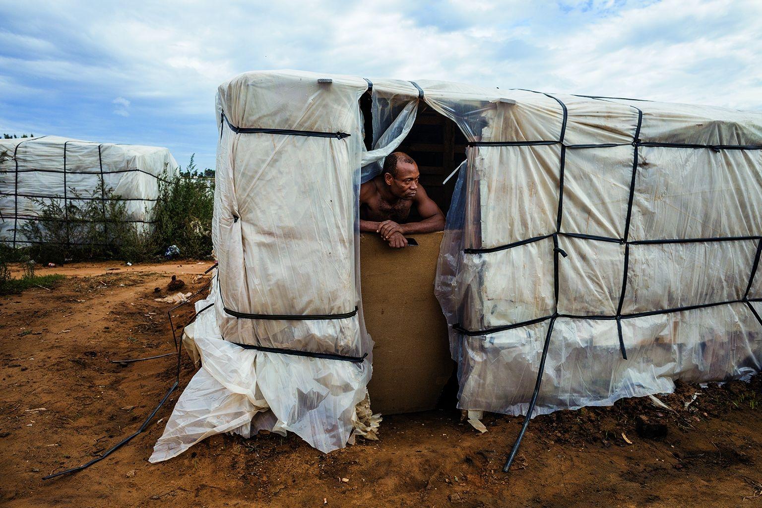 這名38歲的奈及利亞人是工程師背景。他曾以為西班牙是通往歐洲更美好生活的門戶,但那已是14年前的事了。如今,他仍在西班牙的栽種或採收工作之間遊移,並住在田地工人用廢木料和塑料拼裝的棚屋裡。攝影:艾托.萊拉 AITOR LARA