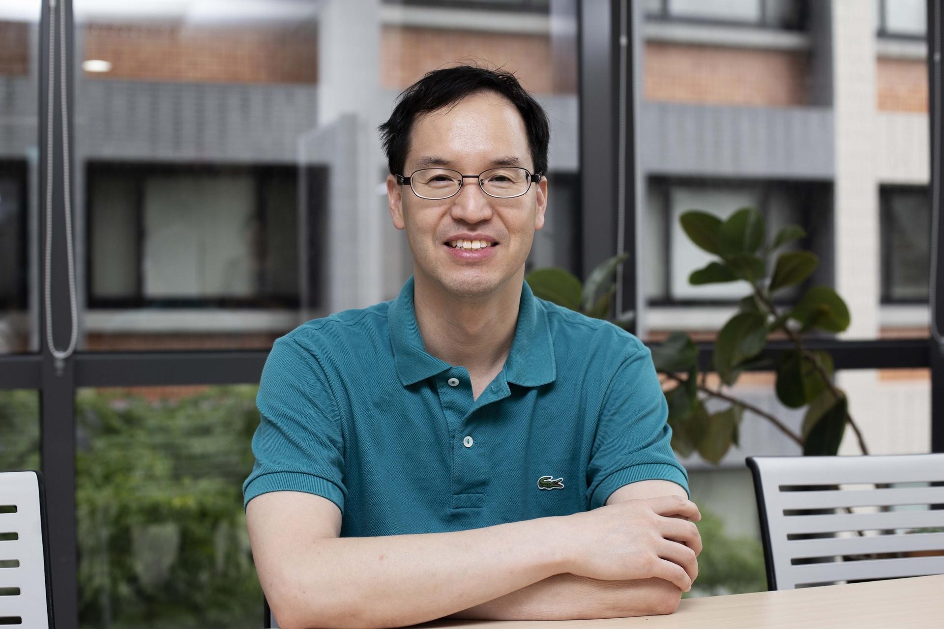 中研院王忠信副研究員,是一位演化基因學家,但希望自己在實驗室的基礎研究,能夠解決現實生活的紅火蟻防治難題。攝影│林洵安