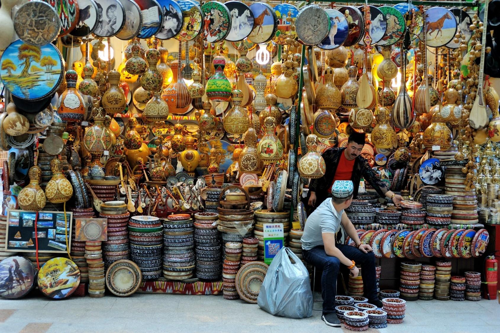 「巴札」是維吾爾語中的市集,多半於每星期中固定一天舉行,人們聚集於此購買生活必需品。