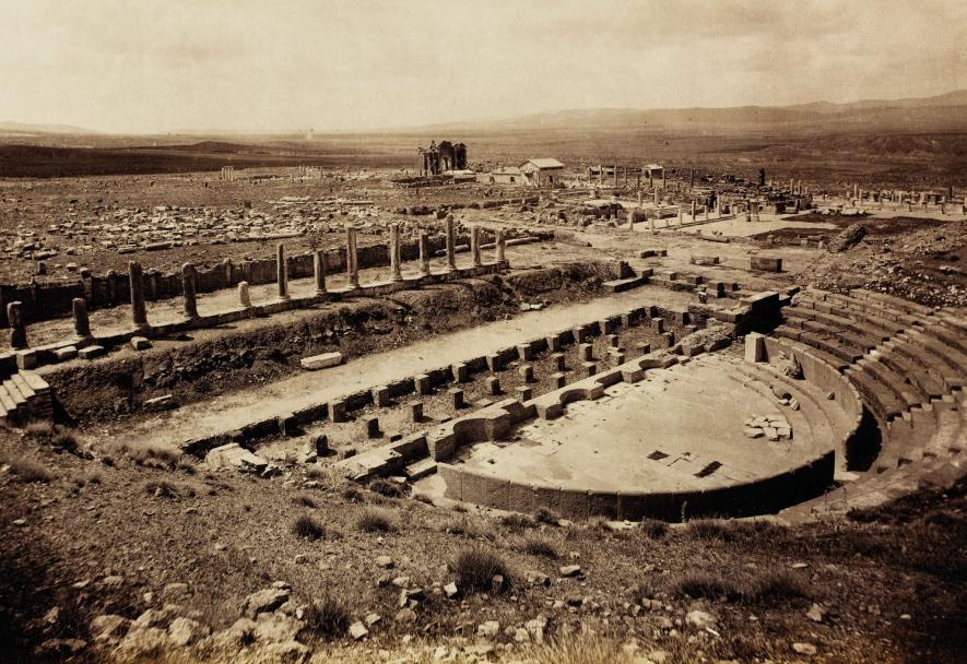 薩穆加迪的劇場建於公元2世紀。這張照片攝於1893年,即發掘工作開始的十年前。照片顯示劇場保存地相當完好。PHOTOGRAPH BY GÉRARD