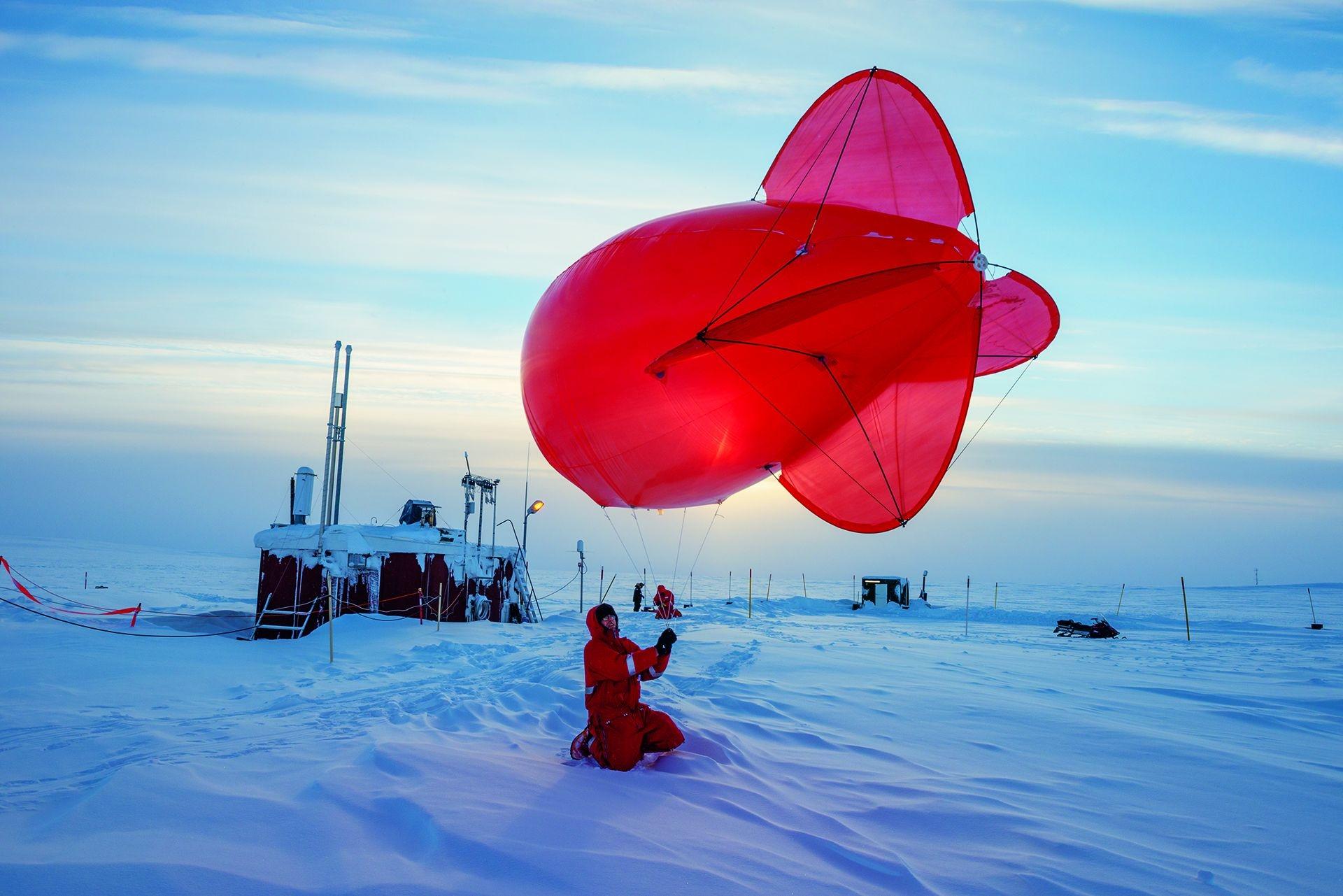 北站東南方約2公里處的弗萊格小屋外繫著一顆氦氣球。這顆氦氣球用來測量大氣層最底層的空氣亂流、太陽與地球輻射,以及黑碳量,因為飛機無法在這麼低的高度安全飛行。攝影:埃絲特.霍瓦斯ESTHER HORVATH