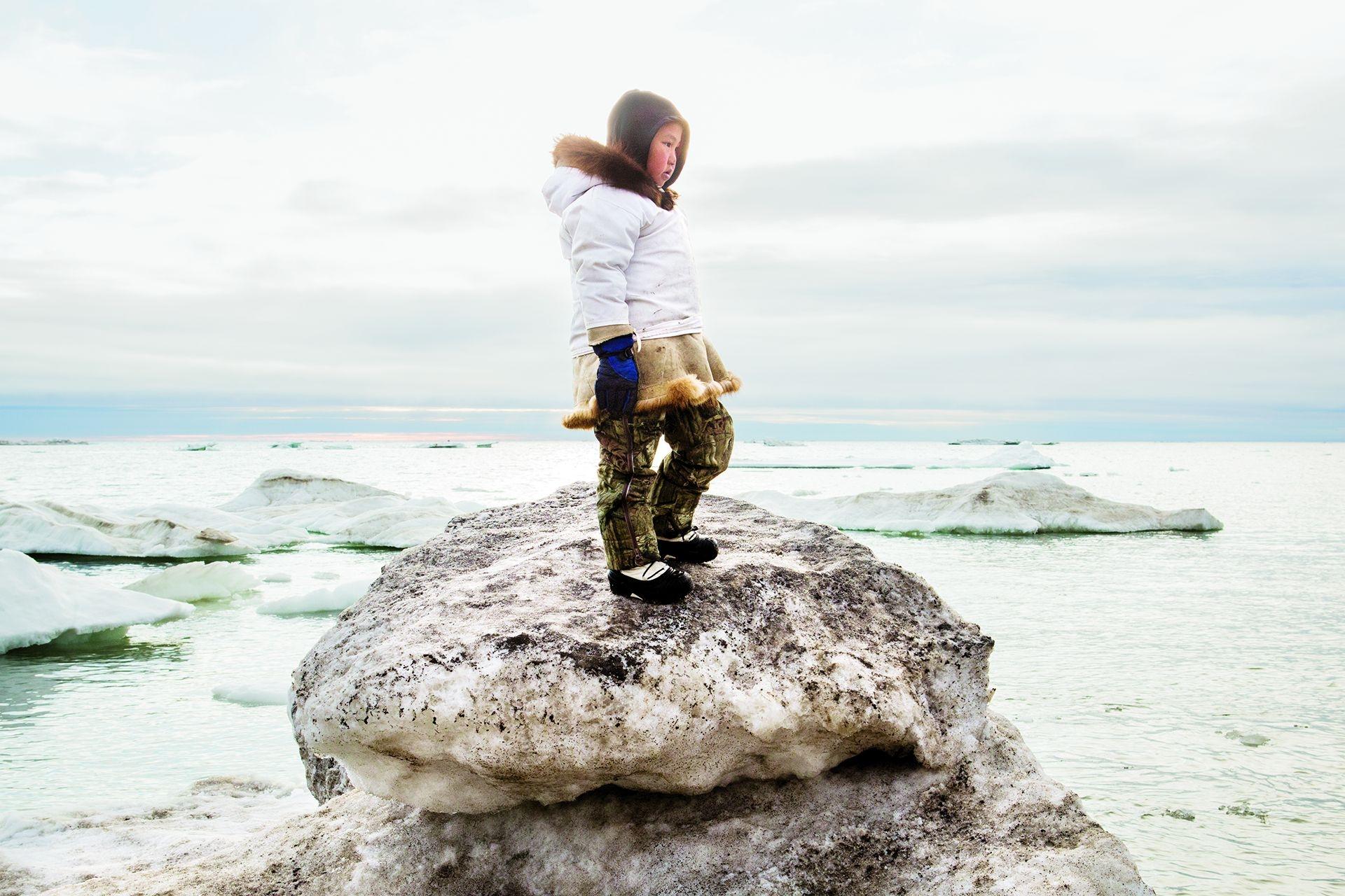 這名因紐特少年與狩獵隊一同在阿拉斯加巴羅市附近的北冰洋追捕髯海豹但沒能成功。全球暖化影響了因紐特人狩獵,這是他們最主要的食物來源。攝影:凱蒂.奧林斯基 KATIE ORLINSKY