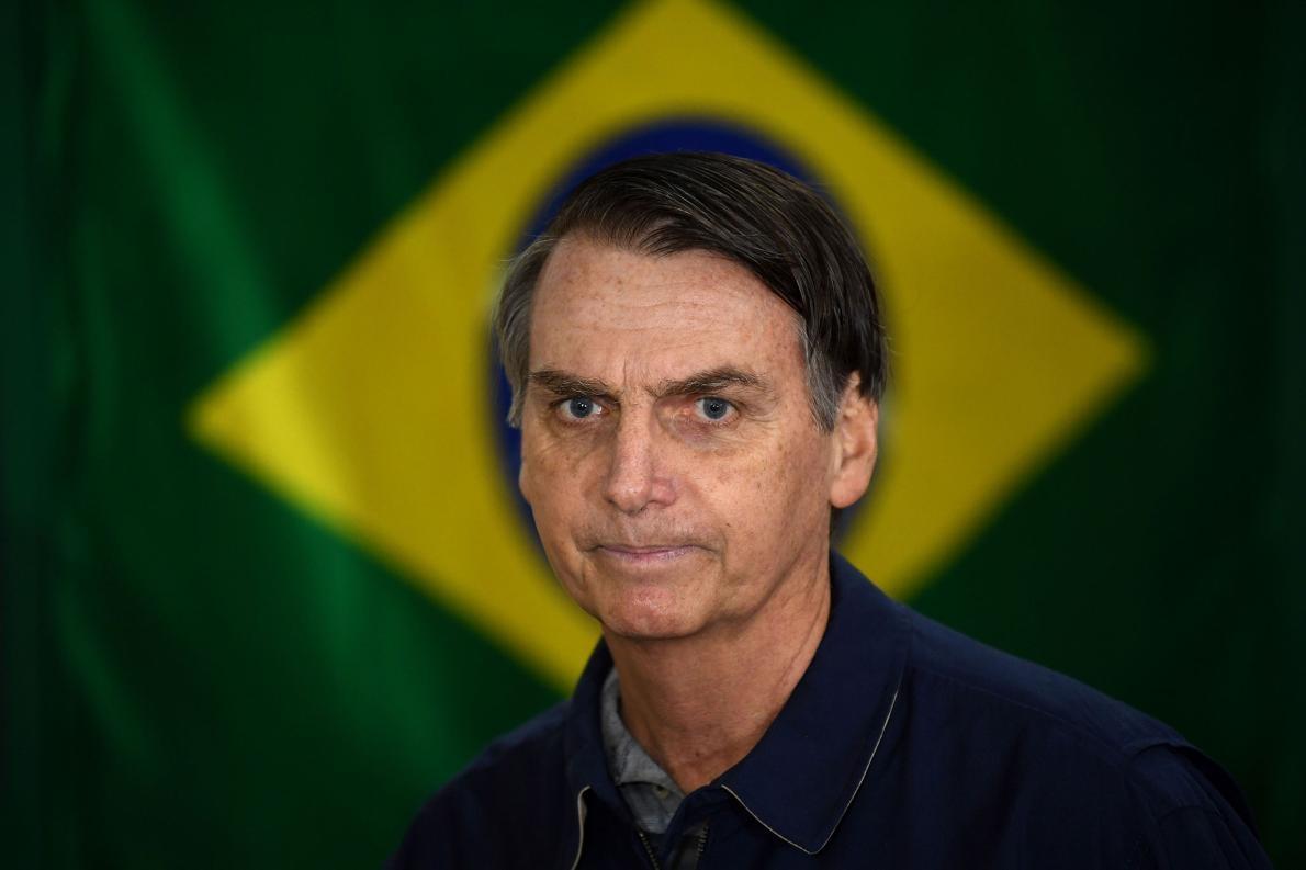 波索納洛,右翼社會自由黨的領袖,選舉當日站在巴西國旗的前面。PHOTOGRAPH BY MAURO PIMENTEL, AFP/GETTY IMAGES