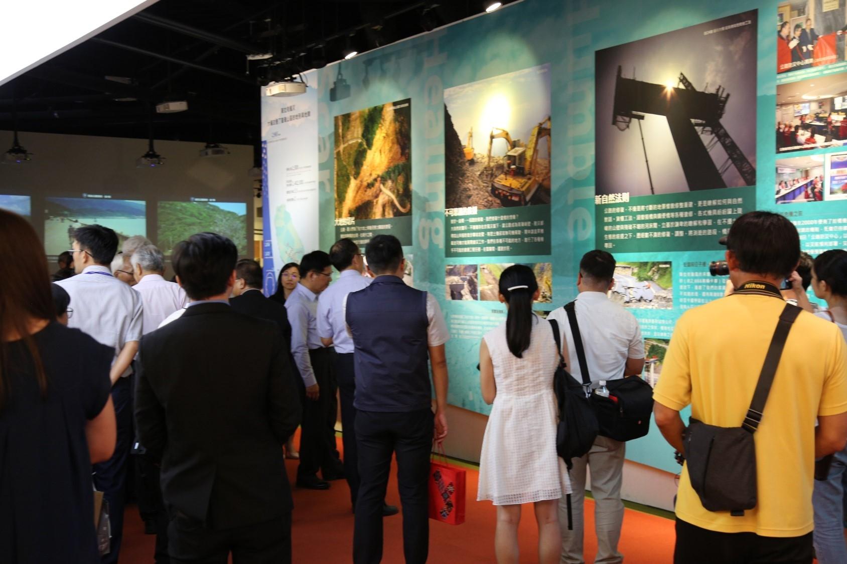 貴賓駐足參觀展覽 - 複視:環境、公路、人-走過莫拉克風災特展