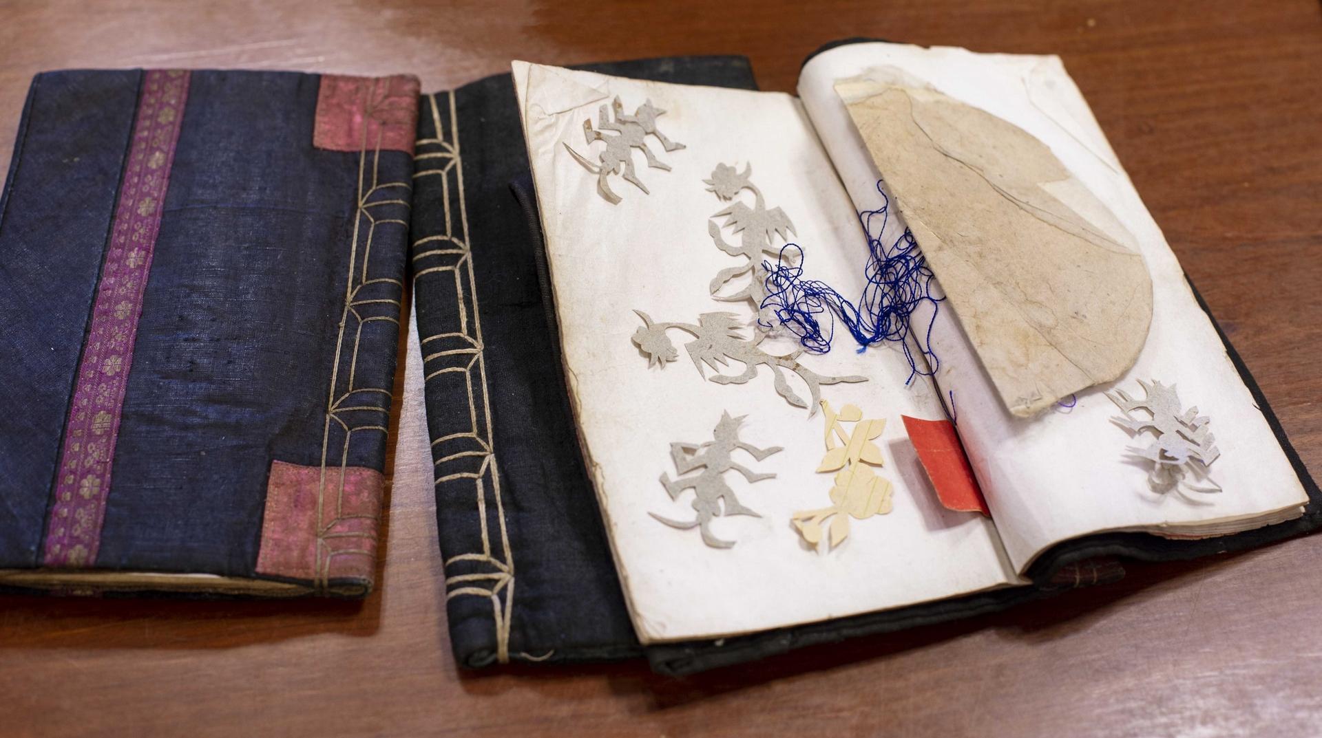 三朝書裡經常夾著婦女刺繡的花樣圖形,書衣皆為手工縫製,是傳統農村精裝本。攝影│林洵安