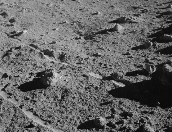月岩14321號樣品「大伯莎」(Big Bertha)的野外原位照片,阿波羅14號太空人艾倫.雪帕德(Alan Shepherd)1971年攝於月球。圖片來源:NASA。
