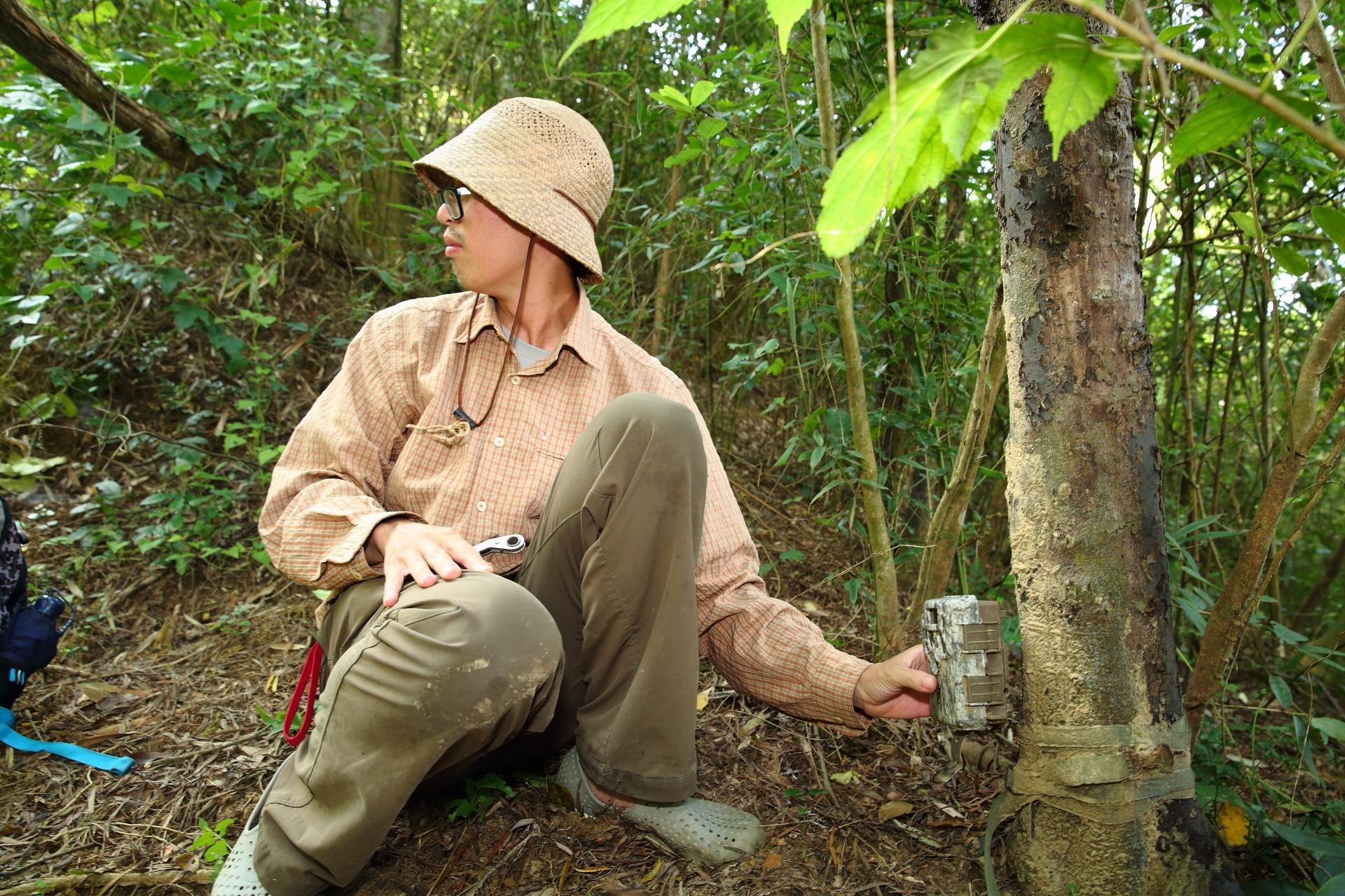 王正安唸的是森林系,擔任田鱉米的田間經理已經三年,田間農事難不倒他,調查工作也駕輕就熟。他在稻田周邊架設了幾具紅外線攝影機,換電池、檢查影像也是例行工作。問他有沒有拍過石虎,他笑著說:「石虎是基本款。」(攝影:陳郁文)
