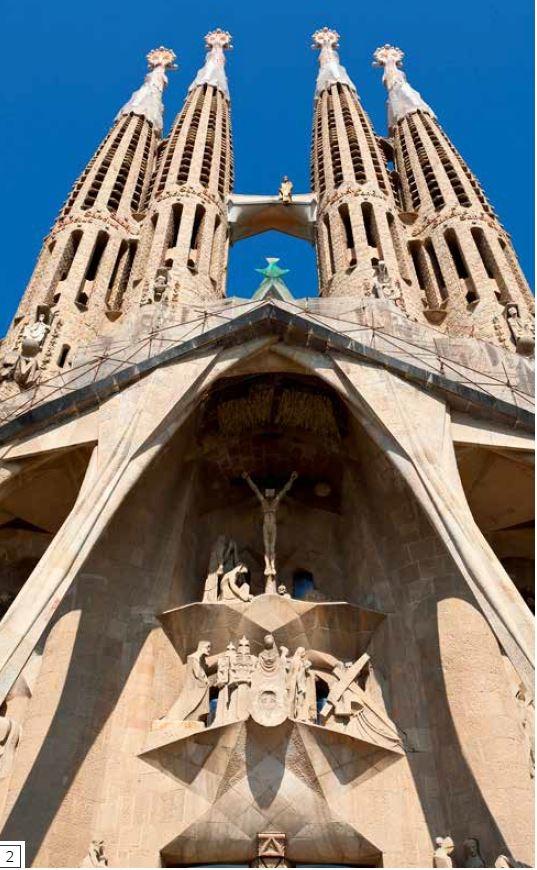 受難立面-教堂北邊的入口位於受難立面的正門,受難立面上方聳立著四座尖塔,寬大的牆面刻有基督受難、最後晚餐、基督被釘十字架和埋葬基督的雕刻作品。教堂的這個部分建於20世紀末,但總體設計根據的是高第的設計圖。巨大的傾斜頂蓋保護入口,數根柱子以奇特的角度支撐著懸挑的屋頂,柱子形狀宛如巨大的骨頭或樹枝。為了支撐雕刻作品,高第也設計了像是從牆面自然浮現的石製平台。1989年,加泰羅尼亞雕塑家荷西 瑪利亞 蘇比拉克斯(Josep Maria Subirachs)開始雕製平台上的人物造型。
