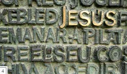 刻字-不少聖家堂的牆面都刻有神聖的經文和文字,提醒基督徒上帝的話語和《聖經》經文有多麼重要。其中一些銘文採用高第發展出來的流線、有機、新藝術風格,其他則受近代風格影響。受難立面的青銅正門上刻有銘文,兩扇相同的大門猶如打開的書本。這些銘文是雕刻家蘇比拉克斯的作品,包含出自福音書的經文,文字緊鄰彼此,採用大寫字母。門上的雕刻大部分處理粗糙,表面經常有許多水平紋路。重要的字詞或短語─例如上圖中耶穌的名字─則經過精美的打磨,使它們與眾不同。