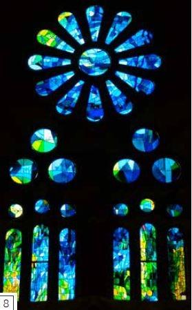 彩繪玻璃窗-藝術家維拉葛勞(Joan Vila-Grau)從1999年以來,就依照高第的主規畫圖設計聖家堂的彩繪玻璃窗。他運用飽和的色彩製作抽象的花紋圖樣,使聖家堂內部充滿繽紛的光線。這些玻璃由荷西 瑪利亞 波納(Josep Maria Bonet)的工坊製 作,這座工坊早在聖家堂興建地下室時,便已負責教堂窗玻璃的安裝工作。