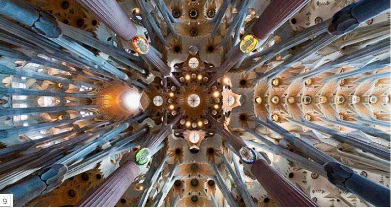 十字交叉-點位於聖家堂中央,形成教堂主要南北軸線的中殿和聖所,與順著東西軸線延伸的耳堂於此交會。右邊的中殿比耳堂更長、更寬,兩側各有一對側廊,而聖所和耳堂每側都只有一座側廊。此處所有空間都採拱頂設計,立柱高聳的線條引領視線向上,來到石製拱頂中的光線圖樣。教堂內部空間遼闊,2010年舉辦奉獻儀式時,容納了大約6500人。