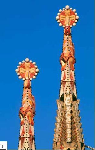 尖頂飾-教堂外部通常是未經裝飾的天然石頭,但聖家堂的尖塔上有各種繽紛的色彩,呈現許多具有象徵意涵的雕刻,例如十字架和主教的戒指,以及禱文和讚頌的字詞,例如「榮歸主頌」(excelsis)。尖塔扭曲的造型與多面的形狀在太陽光線移動下,呈現出紅色、金色、白色和綠色。尖頂飾覆蓋著破碎瓷磚製成的馬賽克拼貼。馬賽克特別受高第青睞,因為瓷磚的顏色鮮豔而持久,不會跟塗料一樣,隨時間的流逝而褪色。