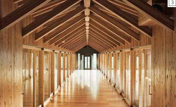 博物館內部-館內選用的木板和橫梁與外部的木材一樣。長長的中央走廊有光滑的拋光木地板、牆壁及斜面屋頂,重複的對角線增添視覺趣味。一排排的玻璃門從走廊通向兩側的房間,使內部充滿光線,也使牆壁看起來就像透明的。透過玻璃往外望,周圍的鄉村美景一覽無遺。