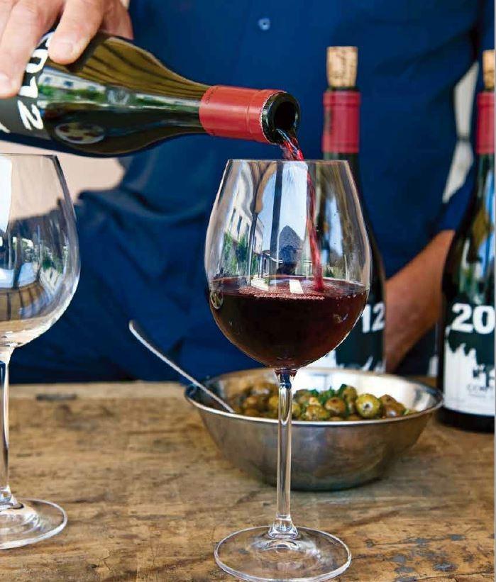 在埃特納火山的山坡上的Passopisciaro酒莊,品嘗佛蘭切提(Franchetti)家族的紅葡萄酒。